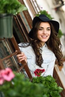 Mulher nova bonita com chapéu e um grande sorriso