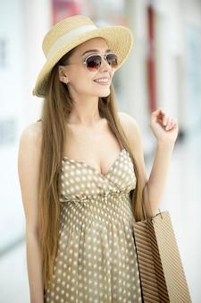 Mulher nova de sorriso com óculos de sol