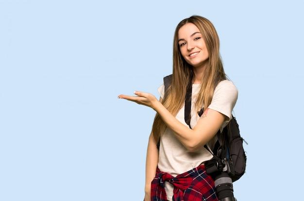Mulher nova do fotógrafo que apresenta uma ideia ao olhar que sorri para