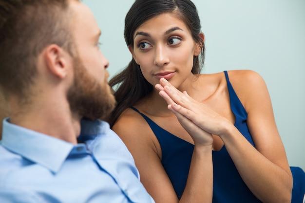 Mulher nova que pede ao marido sobre algo