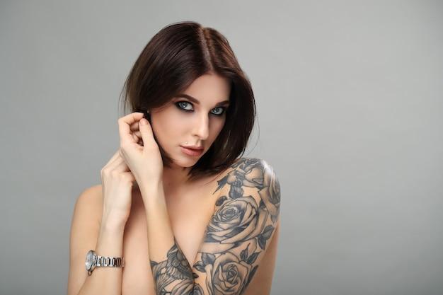 Mulher nua, com, tatuagem, posar