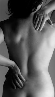 Mulher nua, com, um, dor traseira