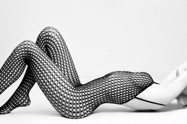 Mulher nua loira lingerie sexy sentada no chão