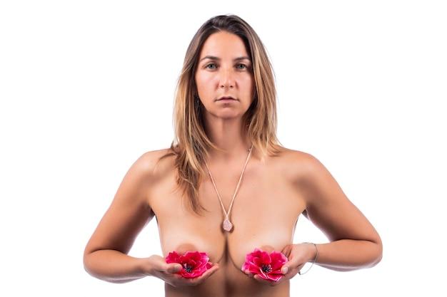 Mulher nua segurando flores cor de rosa de maneira elegante