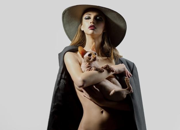 Mulher nua sexy com gato esfinge