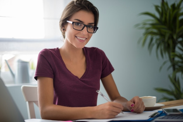 Mulher obediente no escritório de sua casa