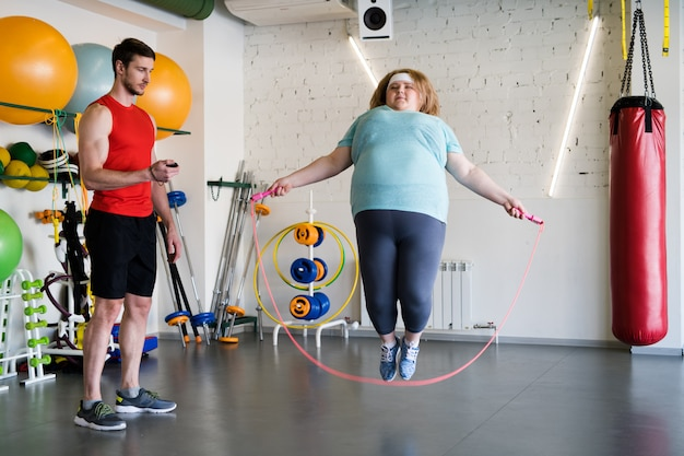 Mulher obesa com pular corda