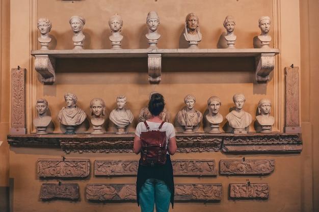 Mulher observando estátuas