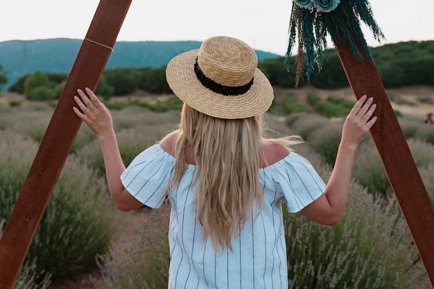 Mulher observando um campo de lavanda