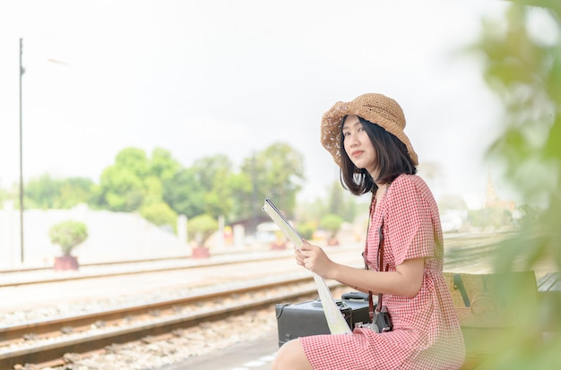 Mulher, observar, mapa, esperando, trem