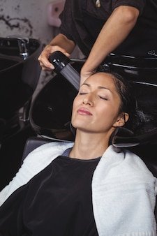 Mulher, obtendo, dela, cabelo, lavagem
