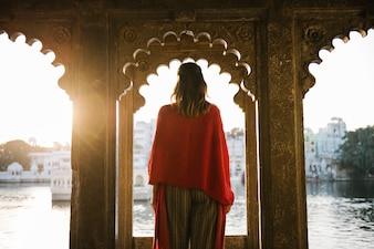 Mulher ocidental, ficar, ligado, um, cultural, arquitetura, em, udaipur, índia