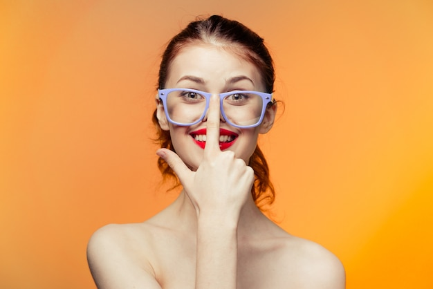 Mulher óculos brilhante amarelo laranja parede