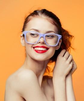 Mulher óculos laranja amarelo brilhante