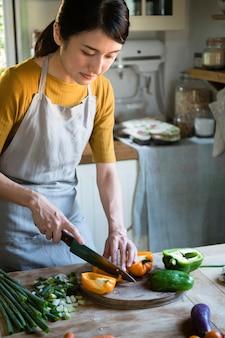 Mulher ocupada cozinhando na cozinha