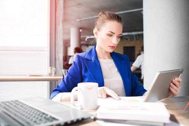 Mulher ocupada está trabalhando no escritório