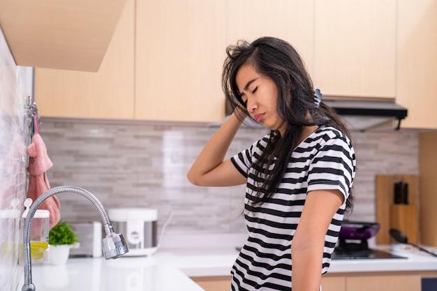 Mulher odeia lavar o prato