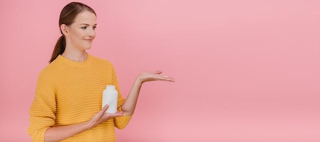 Mulher oferecendo remédios ou suplementos nutricionais