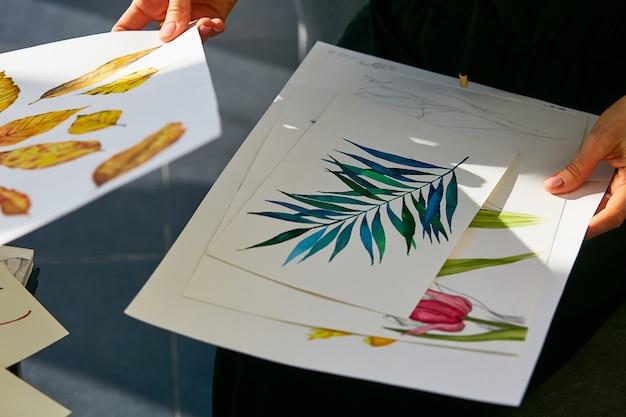 Mulher olha através de imagens de botânica