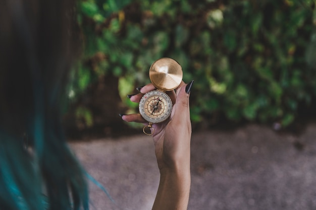 Mulher olha, em, dourado, vindima, compasso, em, mão
