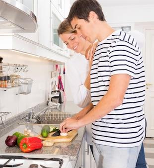 Mulher olha, em, homem, legumes cortantes, com, faca, ligado, tábua cortante