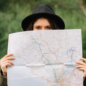 Mulher olha, em, um, mapa, em, natureza