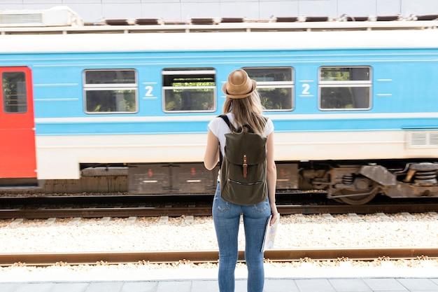 Mulher olha, em, um, passagem, trem