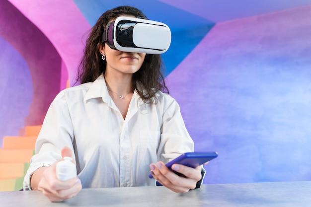 Mulher olhando com dispositivo vr em seu telefone