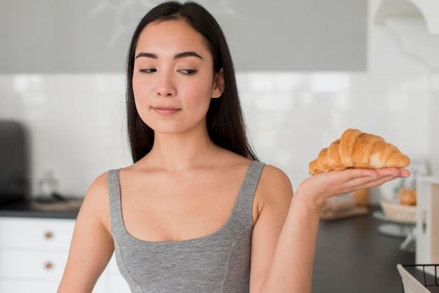 Mulher olhando croissant