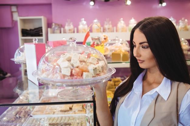 Mulher olhando doces turcos em uma loja