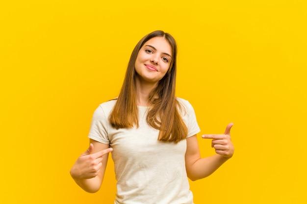 Mulher olhando orgulhoso, arrogante, feliz, surpreso e satisfeito, apontando para si mesmo, sentindo-se um vencedor