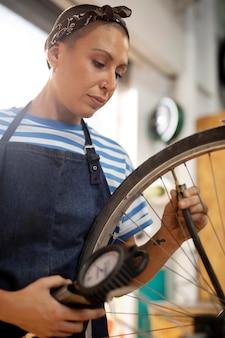 Mulher olhando para a roda da bicicleta