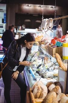 Mulher olhando para exibição de comida