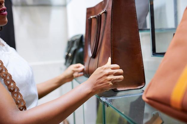 Mulher olhando para o saco na loja