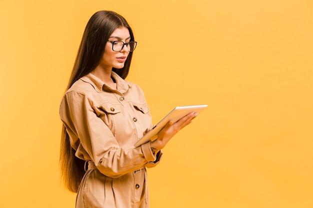 Mulher olhando para tablet no estúdio