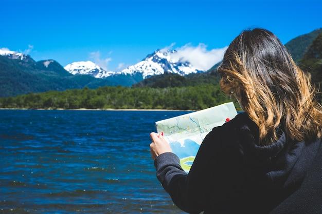 Mulher olhando para um mapa.