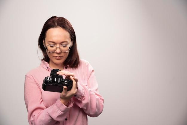 Mulher olhando para uma câmera em um branco. foto de alta qualidade