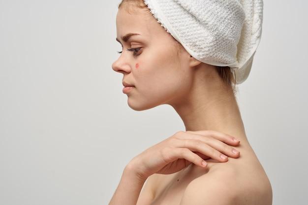 Mulher ombros nus dermatologia isolado fundo. foto de alta qualidade
