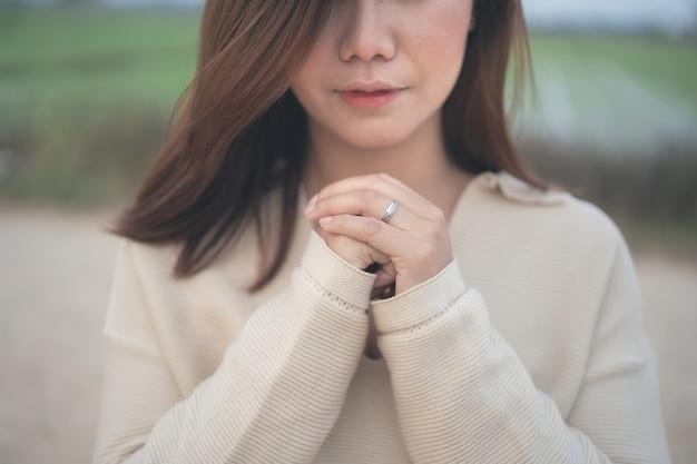 Mulher ora por deus, abençoando e desejando ter uma vida melhor