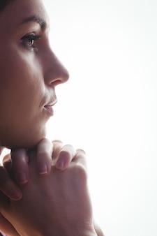 Mulher, orando, com, mãos, junto