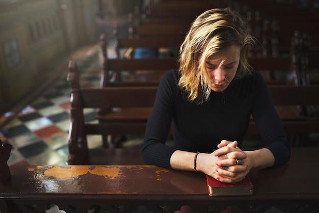 Mulher, orando, em, a, igreja