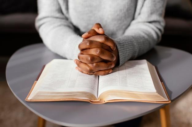 Mulher orando por seus entes queridos