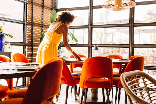 Mulher, organizando, a, dishware, ligado, tabela, em, a, restaurante