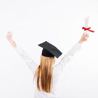 Mulher orgulhosa posando com certificado de educação