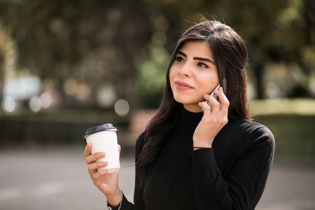 Mulher oriental com telefone