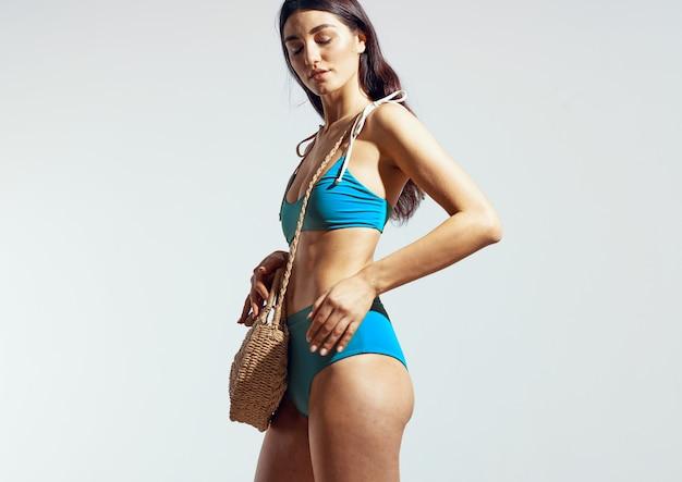 Mulher outono banho praia bolsa verão posando biquíni luxo. foto de alta qualidade
