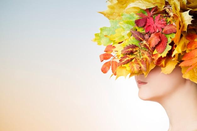 Mulher outono com penteado folha