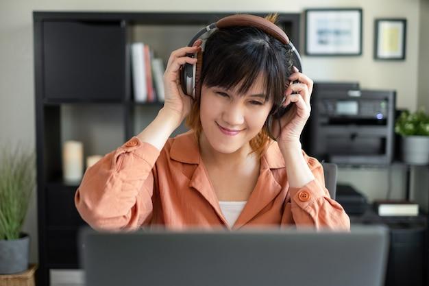 Mulher ouve música, podcast ou audiobook