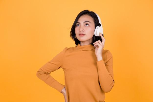 Mulher ouvindo música com fones de ouvido brancos