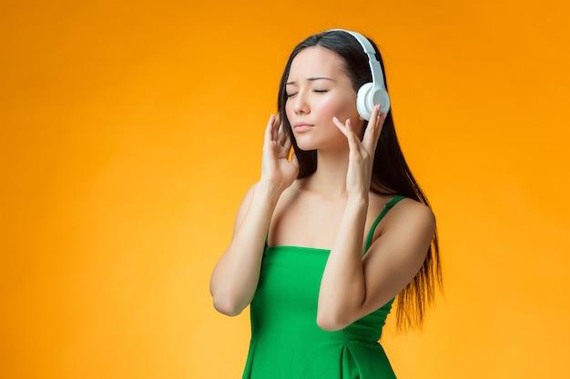 Mulher ouvindo música com seus fones de ouvido